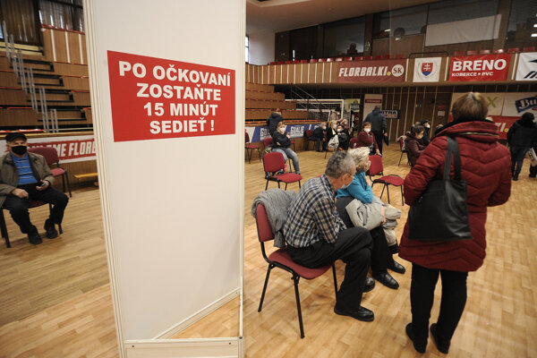 Hromadné očkovanie v Mestskej športovej haleTrenčín.