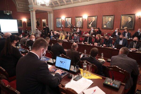 """Posledné rokovanie poslancov sa skončilo neúspechom. Prekážalo im, že sa """"tlačili"""" v reprezentačnej sále."""