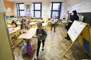 V Košiciach sa od pondelka školy neotvorili. V Družstevnej pri Hornáde v okrese Košice – okolie sa deti do školy vrátili.