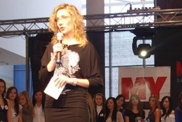 Klaudia Gregušová sa doteraz ako expertka na Európsku úniu neprezentovala, robila moderátorku a redaktorku v televízii, ktorú vedie jej otec. Snimka je z Miss Nitra 2010, Gregušová podujatie moderovala.