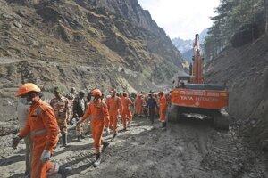 Povodňová voda, bahno a balvany ničili hrádze na riekach Alaknanda a Dhauliganga.