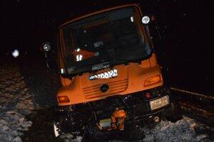 Poškodené cestárske auto.