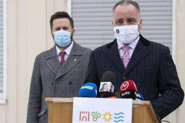 Na snímke vpravo predseda Bratislavského samosprávneho kraja (BSK) Juraj Droba a vľavo primátor hlavného mesta Bratislava Matúš Vallo.