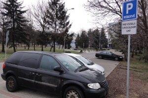 Prázdne parkovisko pred UKF. Študenti univerzity tu podľa súčasného vedenia školy nemajú čo hľadať.