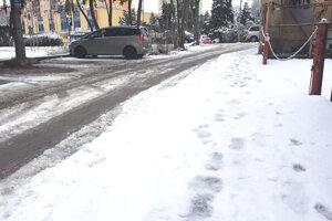 Chodníky a cesty môžu byť pre chodcov nebezpečné, 11. február 2021.