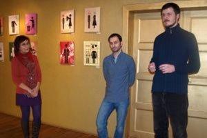 Vernisáž výstavy - zľava scénografka SDKS a koordinátorka výstav v Galérii Foyer Mária Žilíková, autor Richard Otott a kurátor Ján Kurinec.
