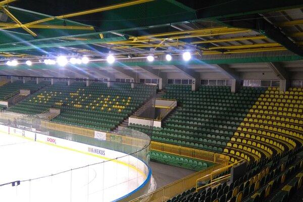 Smutný pohľad na prázdne sedadlá žilinského štadióna.