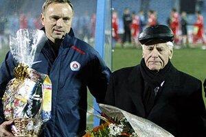 Snímka stará takmer 7 rokov - funkcionári Slovana blahoželali Jozefovi Čurgalymu k 80-tke. Vľavo Ján Švehlík.
