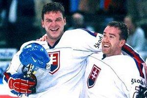 Na MS 2002 v Göteborgu sa Slováci tešili zo zlatých medailí. Zľava Jozef Stümpel a Žigmund Pálffy.