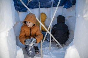 Deti stavajú iglu v texaskom meste Pflugerville.