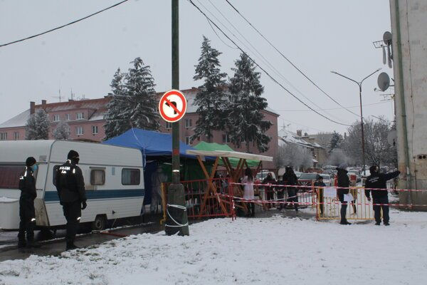 Poriadková služba pomáhala aj pri testovaní na ulici K nemocnici.