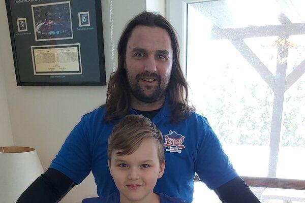 Marek Uram so svojim synom Marekom ml. si v aktuálnej situácií radi zacvičia v domácich podmienkach.