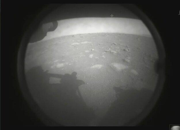 Prvý pohľad na nový domov. Perseverance krátko po pristáti poslal aj prvé zábery z Marsu.
