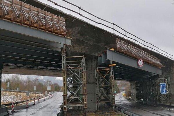Pre havarijný stav ľavého mosta je aktuálne doprava vedená po pravom moste.