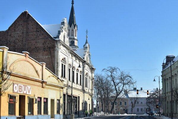 Rohová budova Novohradskej knižnice(druhá zľava) sa aj kvôli svojej rozľahlosti rekonštruuje postupne už niekoľko rokov.