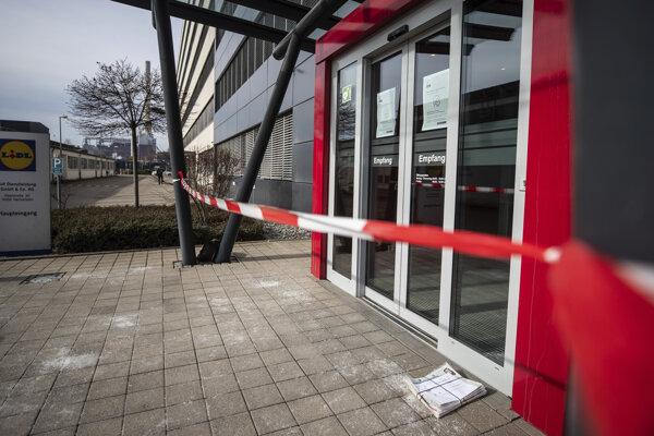 Pri výbuchu v sídle Lidl v meste Neckarsulm utrpeli zranenia traja ľudia.