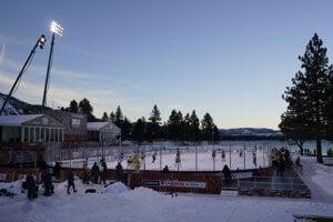 Zápas Boston Bruins – Philadelphia Flyers sa hral pod holým nebom.