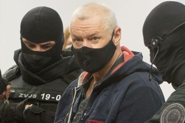 Obžalovaný Lehel H. prichádza do súdnej miestnosti v sprievode eskorty 22. februára 2021 v Pezinku.