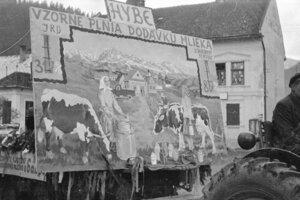 Od svojho vzniku v r.1949 kládlo JRD v Hybiach dôraz  na  produkciu mlieka. Táto skutočnosť sa odzrkadlila aj v alegoricko-propagačnom voze na jednom z prvomájových sprievodov v päťdesiatych rokoch 20.storočia. . Samozrejme, podľa oficiálne propagovanej  štatistiky, súkromní dodávatelia ani zďaleka nedosahovali také výsledky ako JRD.