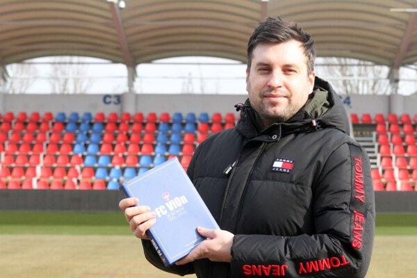 S vydarenou knižkou nám zapózoval autor Dušan Ondrejka mladší.