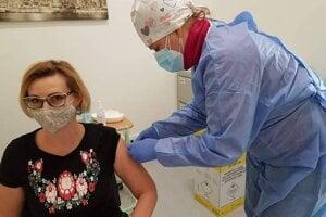 Očkovanie učiteľov vakcínou od Astra Zeneca by ich mohlo ochrániť predtým, aby sa po infekcii juhoafrickým variantom koronavírusu nedostali do nemocnice.