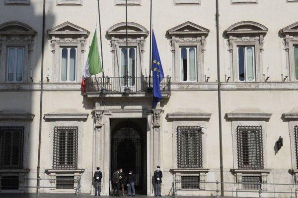 Spustené vlajky na budove úradu talianskeho premiéra v Ríme.