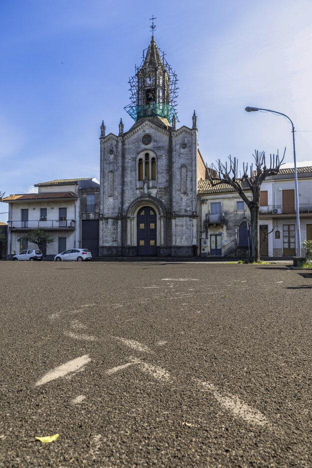 Budovy a ulice mesta Pisano Etneo zostali pokryté popolom.