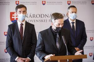 Zľava: Podpredseda NR SR za stranu Smer-SD Juraj Blanár a poslanci NR SR za stranu Smer-SD Ľuboš Blaha a Ladislav Kamenický.