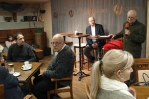 Stretnutie Zoborčanov malo hojnú účasť. Sprava autor budúcej knihy o Zobore Imrich Točka, v pozadí Ján Kratochvíl, predseda Zoborského skrášľovacieho spolku.
