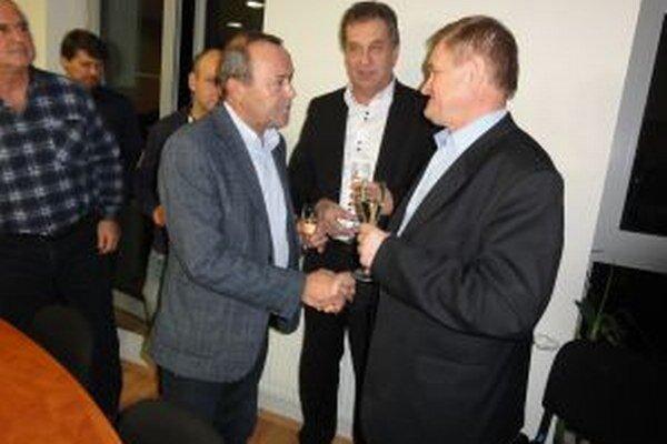 Staronovému županovi Belicovi gratuluje Tibor Glenda, krajský šéf Smeru. V strede sa prizerá Jozef Dvonč, primátor Nitry za Smer.