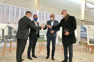 Hrubú stavbu si boli dnes okrem primátora Senice pozrieť zástupcovia developera, realizátora, budúceho nájomcu, ako aj minister hospodárstva a župan Trnavského kraja.