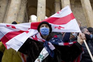 Demonštrant pred budovou parlamentu v Tbilisi.