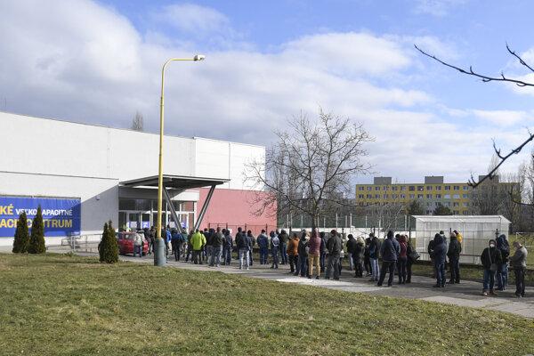 Na očkovanie sa pred veľkokapacitným centrom v Košiciach čakalo v dlhom rade.