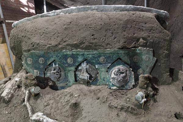 Železné elementy, bronzové dokorácie a drevené pozostaky koča