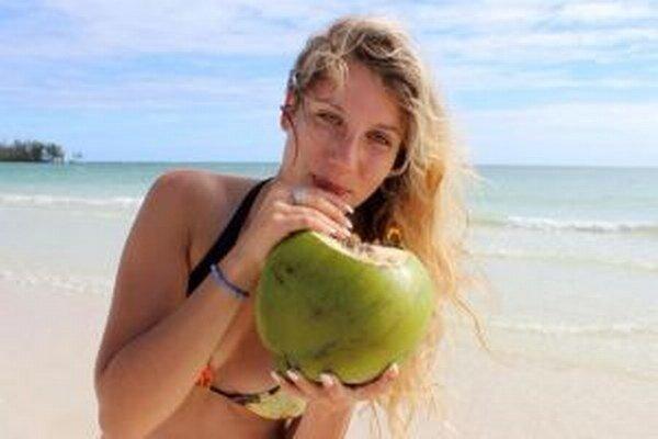 Klaudia si vychutnáva Atlantik a tropické ovocie.