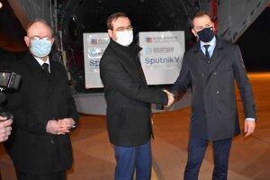 Infektológ Pavol Jarčuška, minister zdravotníctva Marek Krajčí a premiér Igor Matovič na košickom letisku, kde pristálo lietadlo so Sputnikom.