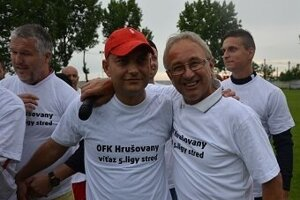 Bývalý šéf futbalu v Hrušovanoch Peter Hazucha (vľavo) a vpravo Augustín Candrák.