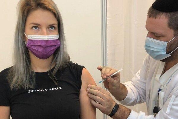 Slovenka Diana počas očkovania v Izraeli.