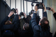 Novinári čakajú na vládnych politikov.