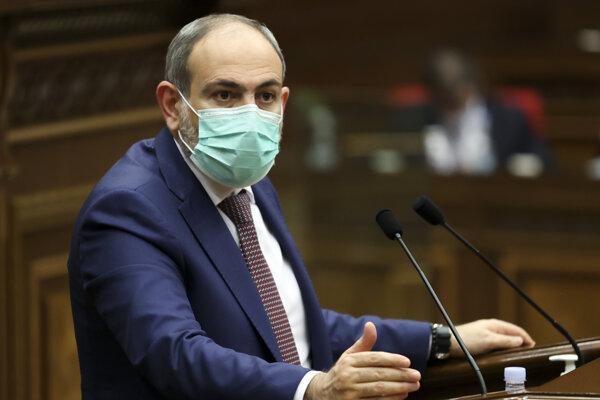 Arménsky premiér Nikol Pašinjan počas prejavu v budove parlamentu v Jerevane 3. marca 2021.