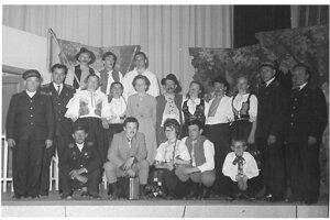 Hasiči ako ochotnícki divadelníci v roku 1960.
