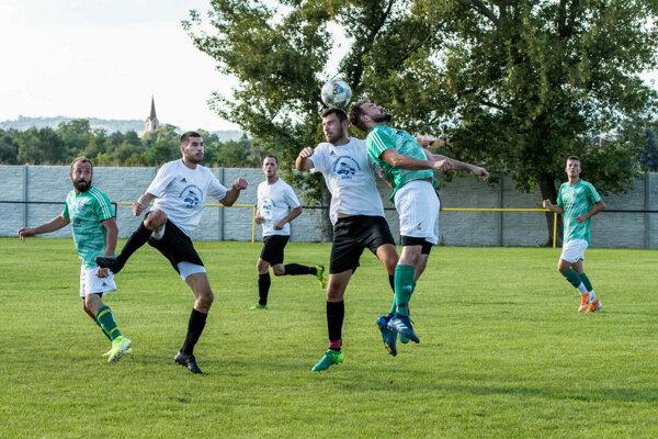 Záber zjesenného zápasu vPodlužanoch, kde FC Veľký Kýr (v zelenom) zvíťazil vpomere 2:1.