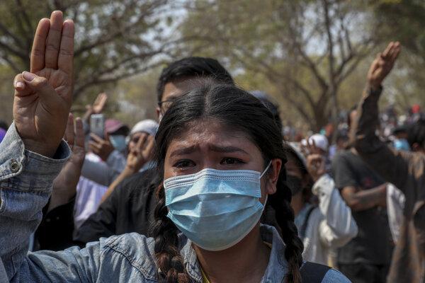 Mladá žena počas pohrebného zhromaždenia Ma Kyal Sin, ktorú do hlavy strelili bezpečnostné zložky.