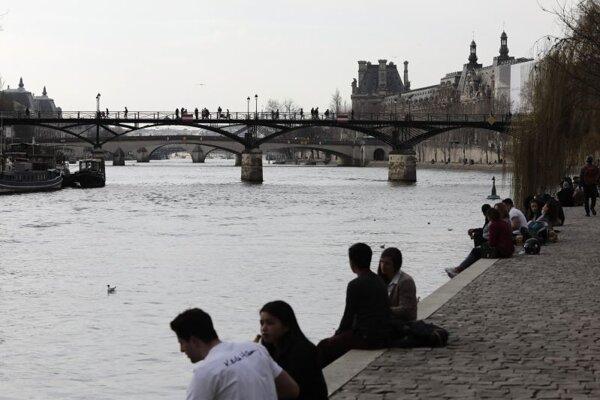 Incident sa stal v pondelok o 01.00 h na pravom brehu Seiny, neďaleko mosta Pont au Change.