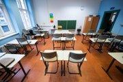 Prázdne triedy na stredných školách by mali byť od pondelka postupne minulosťou.