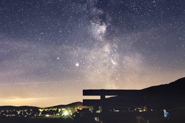 Noc nad povestnou nadrozmernou lavičkou v Kláštore pod Znievom.