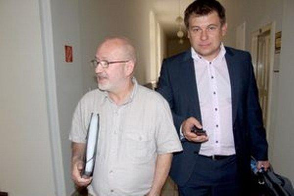 Milan Vigláš (vľavo) pricestoval na pojednávanie v septembri. Na snímke s obhajcom Martinom Kanásom.