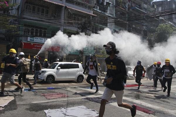 V Mjanmarsku ľudia opäť vyšli do ulíc.