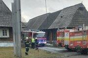 Zásah hasičov pri požiari drevenica v Podbieli.