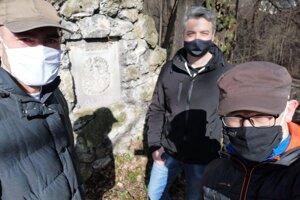 S členmi Banskobystrického spolku okrášľovacieho a ochranného, ktorí sa pokúšajú cintorín zachrániť pred najhorším